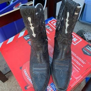 Like new Ariat cowboy boots 9.5